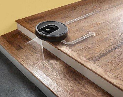 Roomba 960 steht vor der Treppe