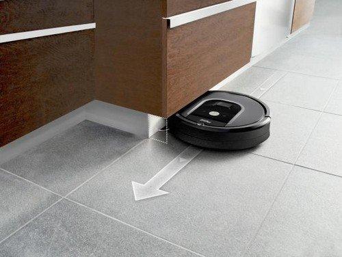 Staubsauger roboter Test, der Roomba 960 unter einen Schrank im Einsatz