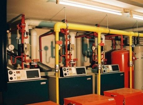 Einbau einer neuen Heizungsanlage in einem Mehrfamilienhaus in Berlin - Kreuzberg.   Gesamtleistung  der Anlage 210 KW verteilt auf Mehrkesselanlage mit Vaillant Kessel GP 210 und Junkers Gasgebläse-Brenner.