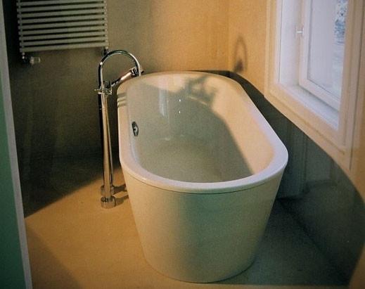 Einbau einer neuen Badewanne in einer Potsdamer Villa.    Die Wanne ist aus der Philipp Stark Edition II, dazu eine Armatur Hans Grohe Axor.