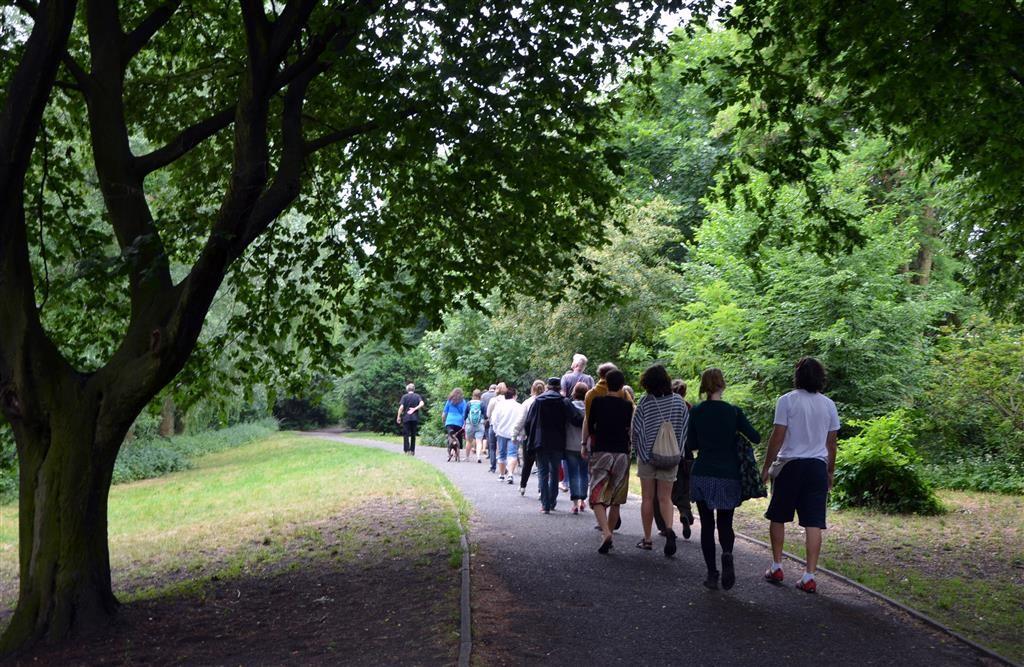 Spaziergang unter lauschigen Bäume am Panke-Ufer