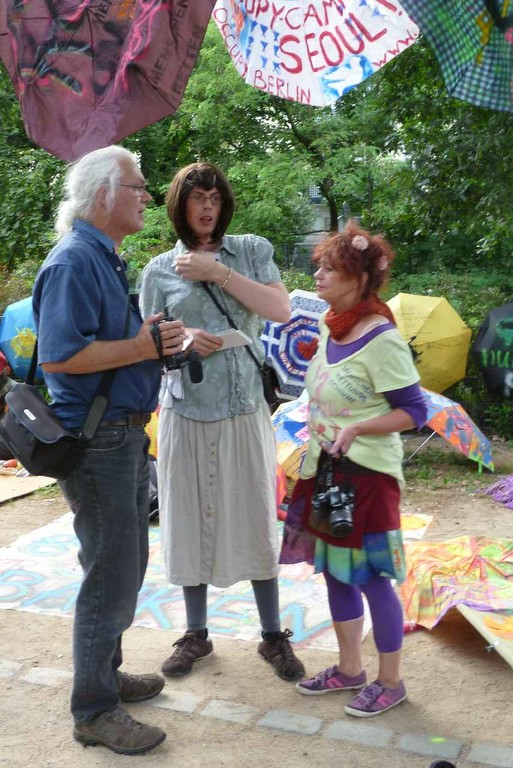Matthias von Hoff mit Occupy-Aktivistin und Ute Donner