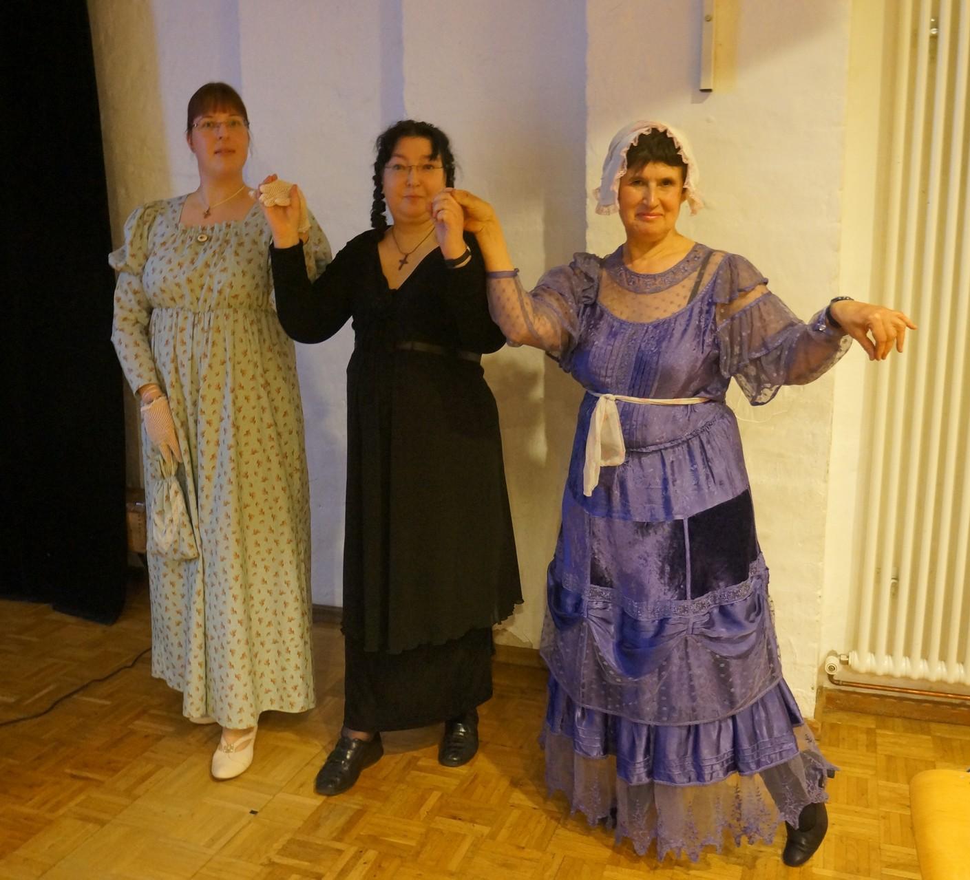 Unsere Vorleserinnen beim Regency-Tanz   © Kerstin Kaie