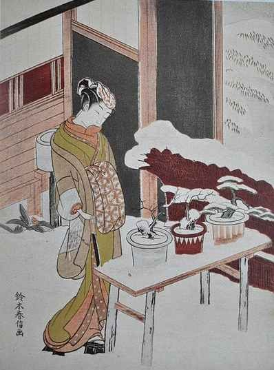 Frau mit drei Bonsai im Schnee