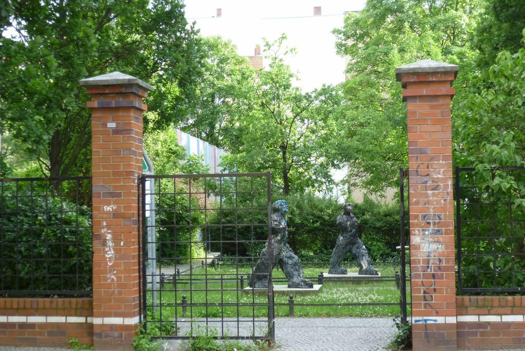 Kleiner Park mit Figuren, Biesentaler Straße