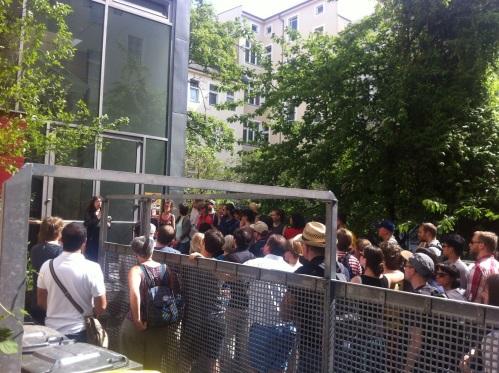 Diana Schaal erzählt von der Geschichte des Glaskastens