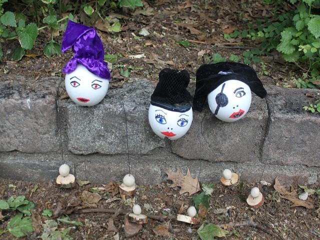 Auch diese Balancier-Puppen haben die Strecke hinter sich.