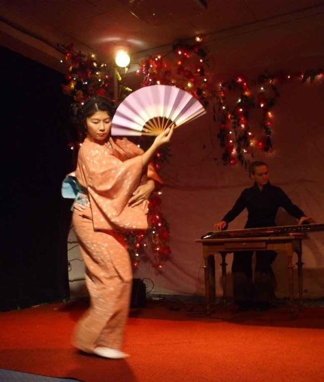 Traditioneller Tanz mit Fächer © Kerstin Kaie