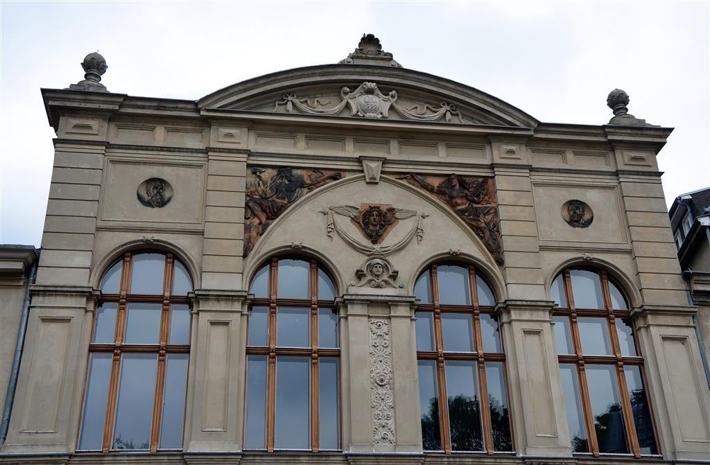 Die Fassade der heutigen Bibliothek am Luisenbad