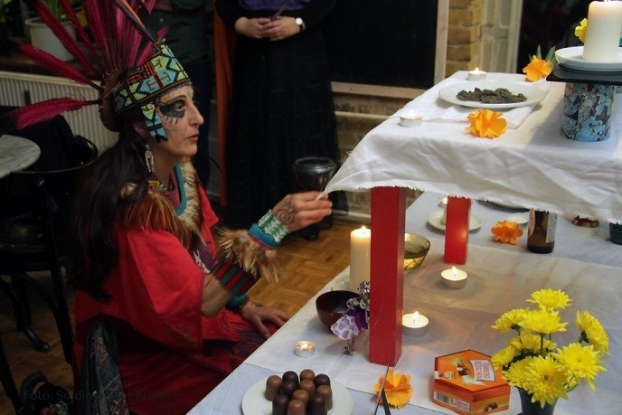 Räucher-Ritual am Gabenaltar für die Toten © SKK