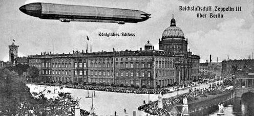 Graf von Zeppelins Luftschiff 1909 über dem Berliner Stadtschloss