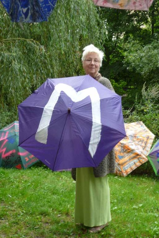 Maria Meyer mit Rettungsschirm