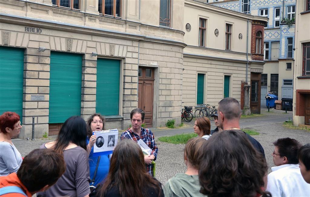 Diana Schaal zeigt Bilder der Namensgeber des Heilbads.