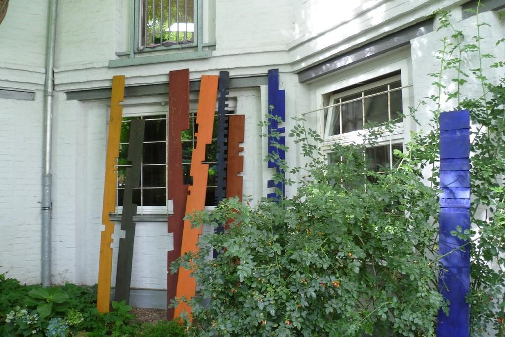 6. Hinterhofgarten, mit Kunstobjekten © Diana Schaal