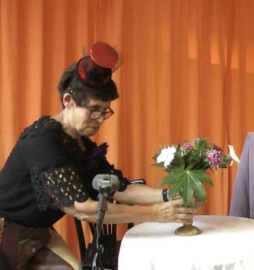 Waltraud Köhler bringt Rousseau Blumen © Matthias von Hoff