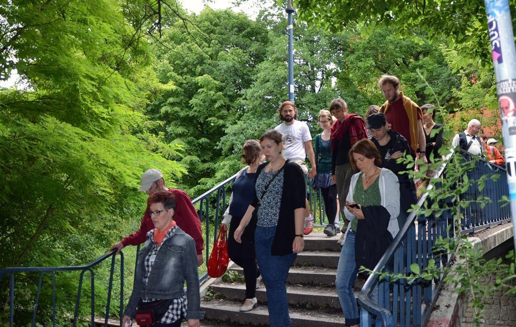 Überquerung des Stegs an der Gotenburger Str. & Information über die Panke-Renaturierung