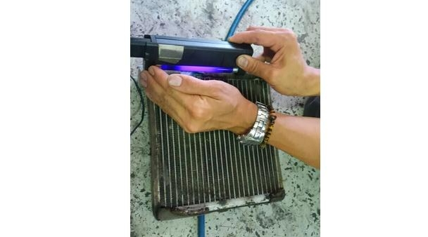 紫外線の照射により、ガス漏れのチェック
