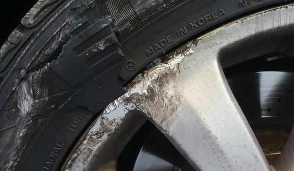タイヤがバーストするほどのダメージです。