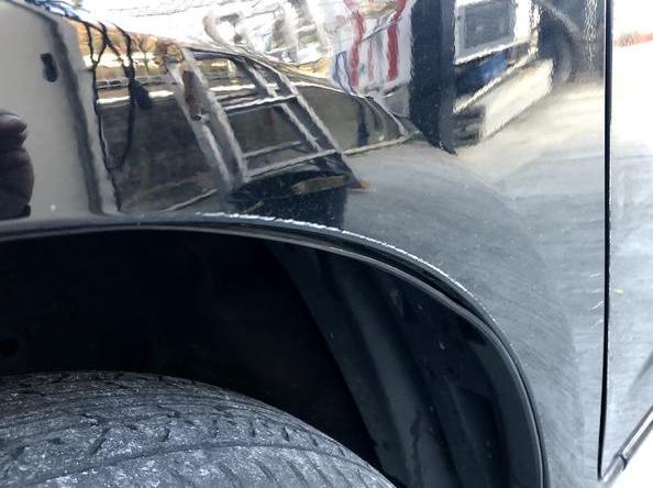 タイヤのアーチ部分も削れております。