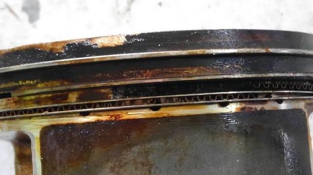 ピストンリングの棚に破損を確認。