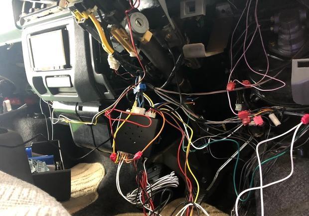 配線を加工し、取り付けをしていきます。
