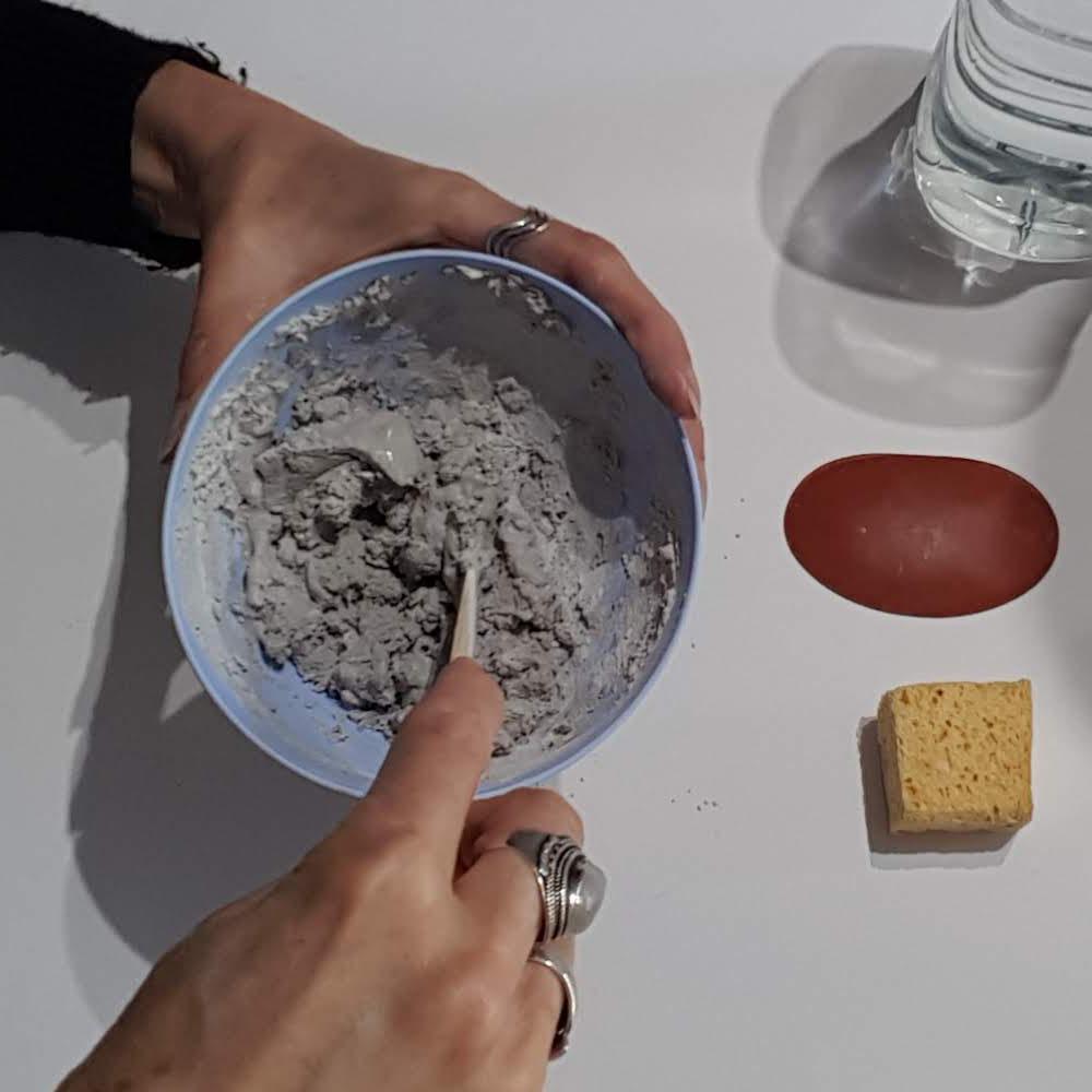 utiliser le couteau pour mélanger puis étaler le joint sur la mosaïque