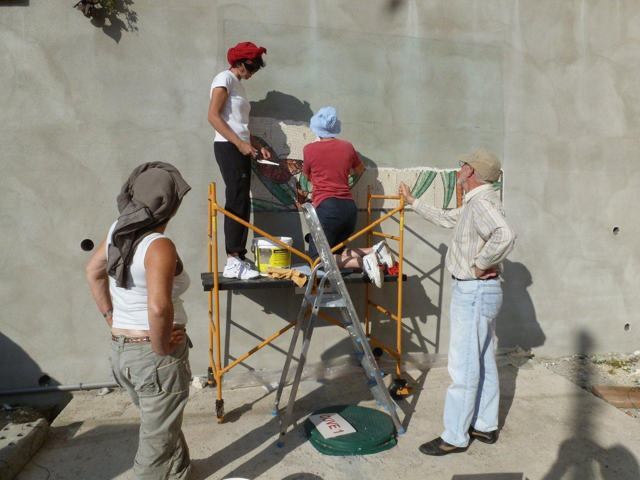 le chantier école, pose de l'enseigne en mosaïque à Tournon d'Agenais