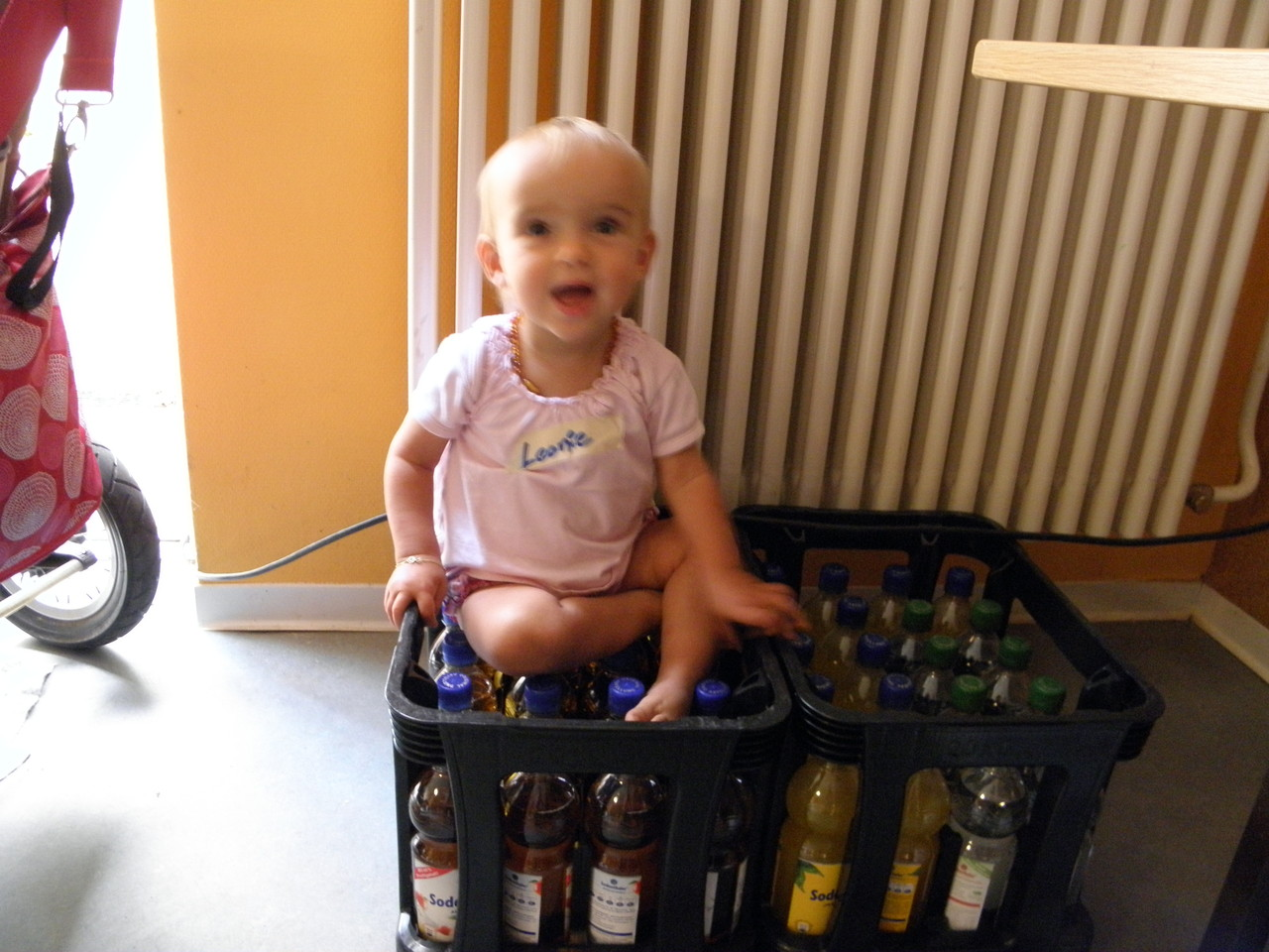 Die kreative Pilzwerkstatt: Leonie bewacht die Getränke. :-)