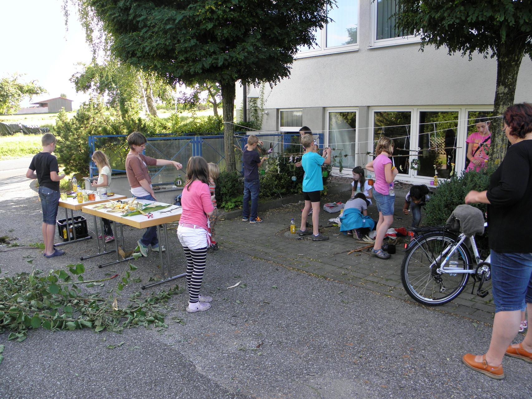 Ferienspiele 2014 - die kreative Naturwerkstatt: es wird geknotet und gewickelt, was das Zeug hält