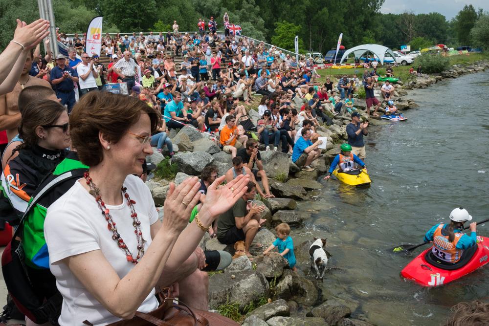 Die Tribüne an der Isarwelle quillt über! Super Stimmung zur Kanu-Freestyle Europameisterschaft, Foto: Birgit Stiebing