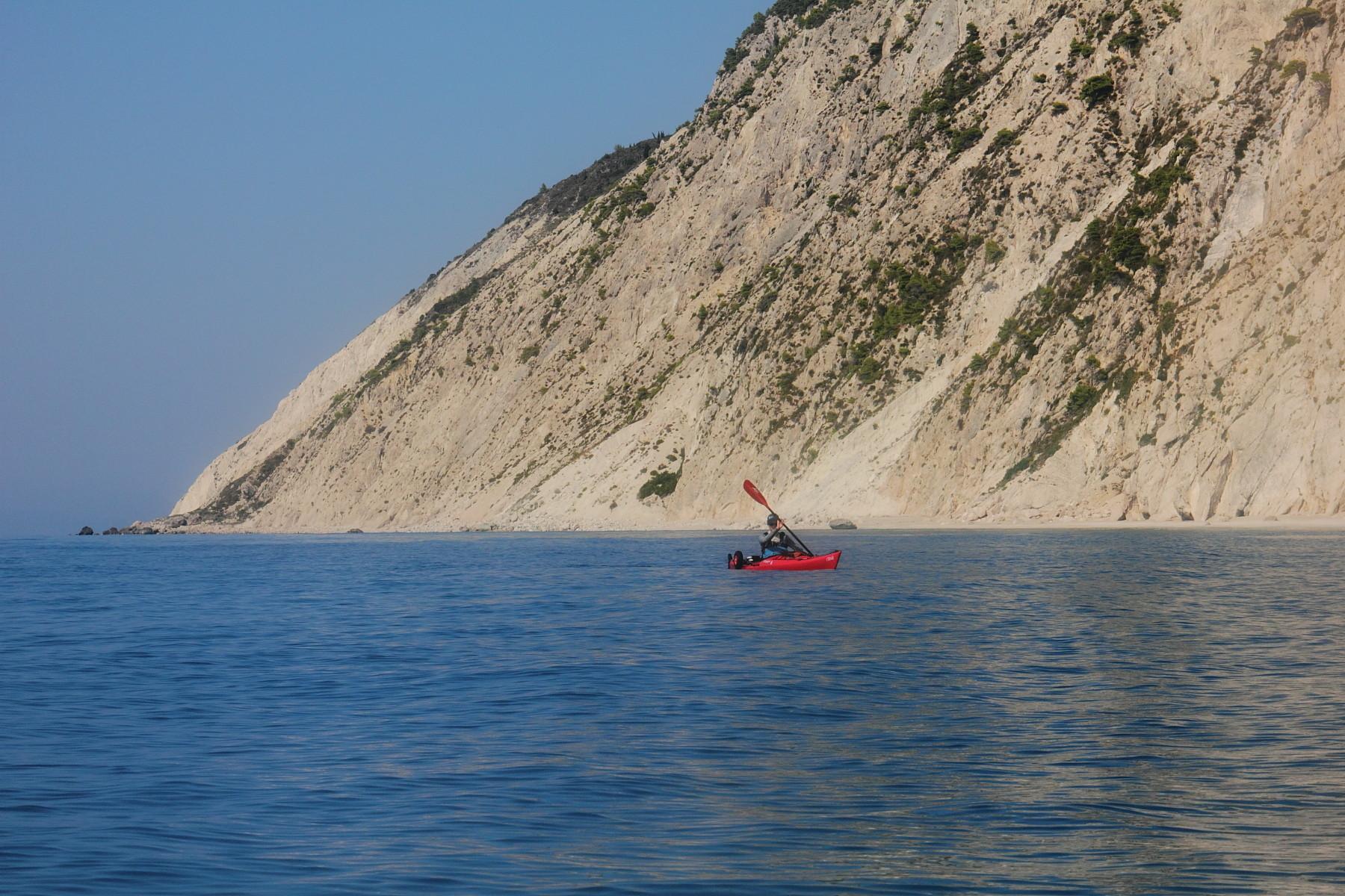 Entlang der Westküste von Lefkas paddeln wir Richtung Süden.