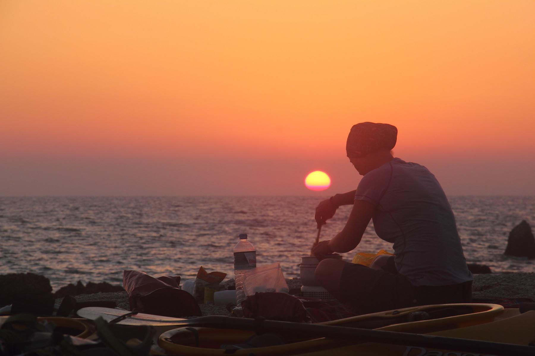 Camping am Strand - bei Sonnenuntergang wird gekocht!
