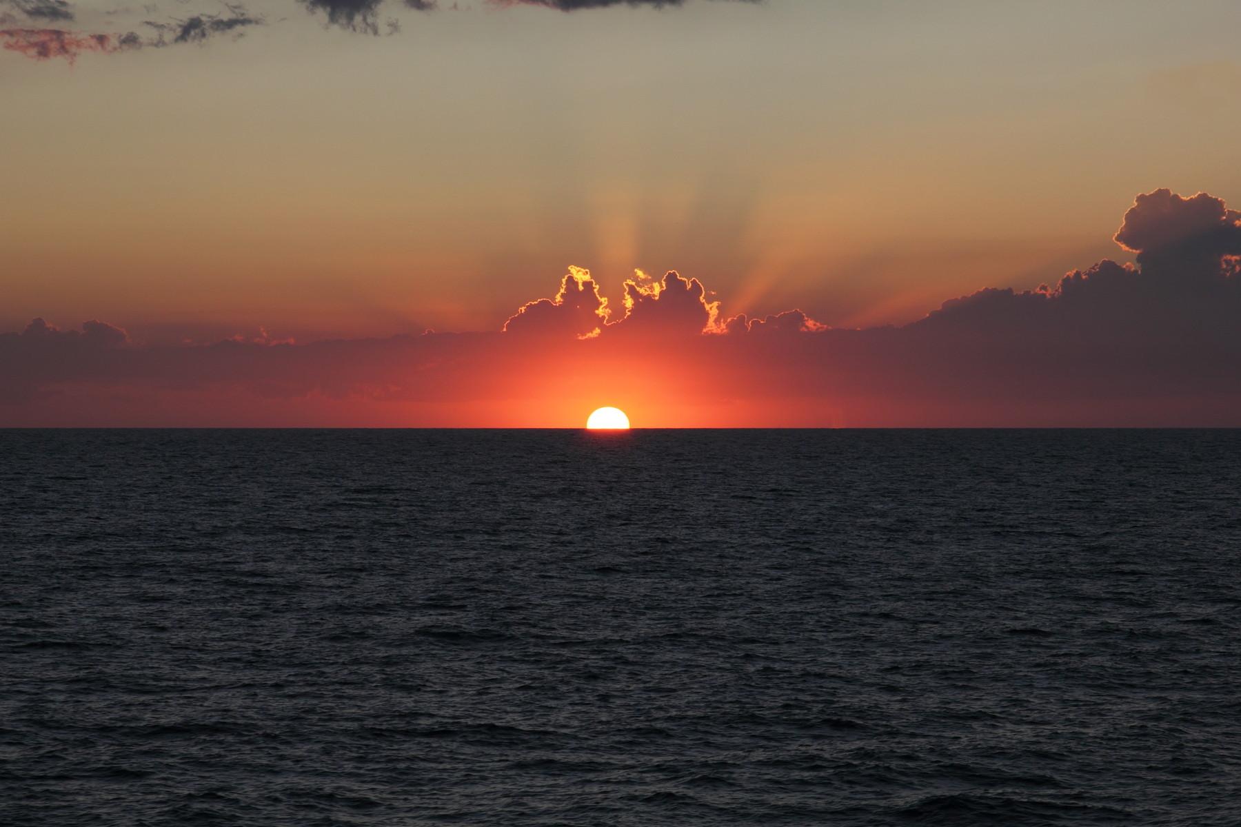 Der erste Sonnenuntergang entzückt uns schon auf der Fähre!