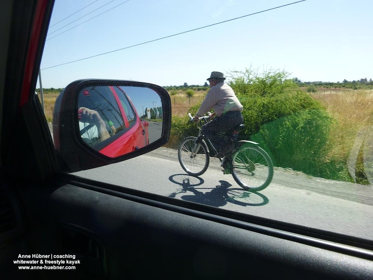 Auf der Autobahn in Chile trifft man so manchen Fußgäner oder Fahrradfahrer...