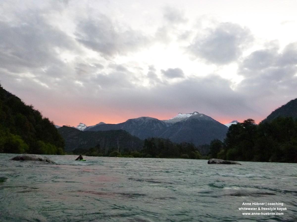 """Paddeln in den Sonnenuntergang nach einem gelungenen """"Todo-Futa"""" Tag"""