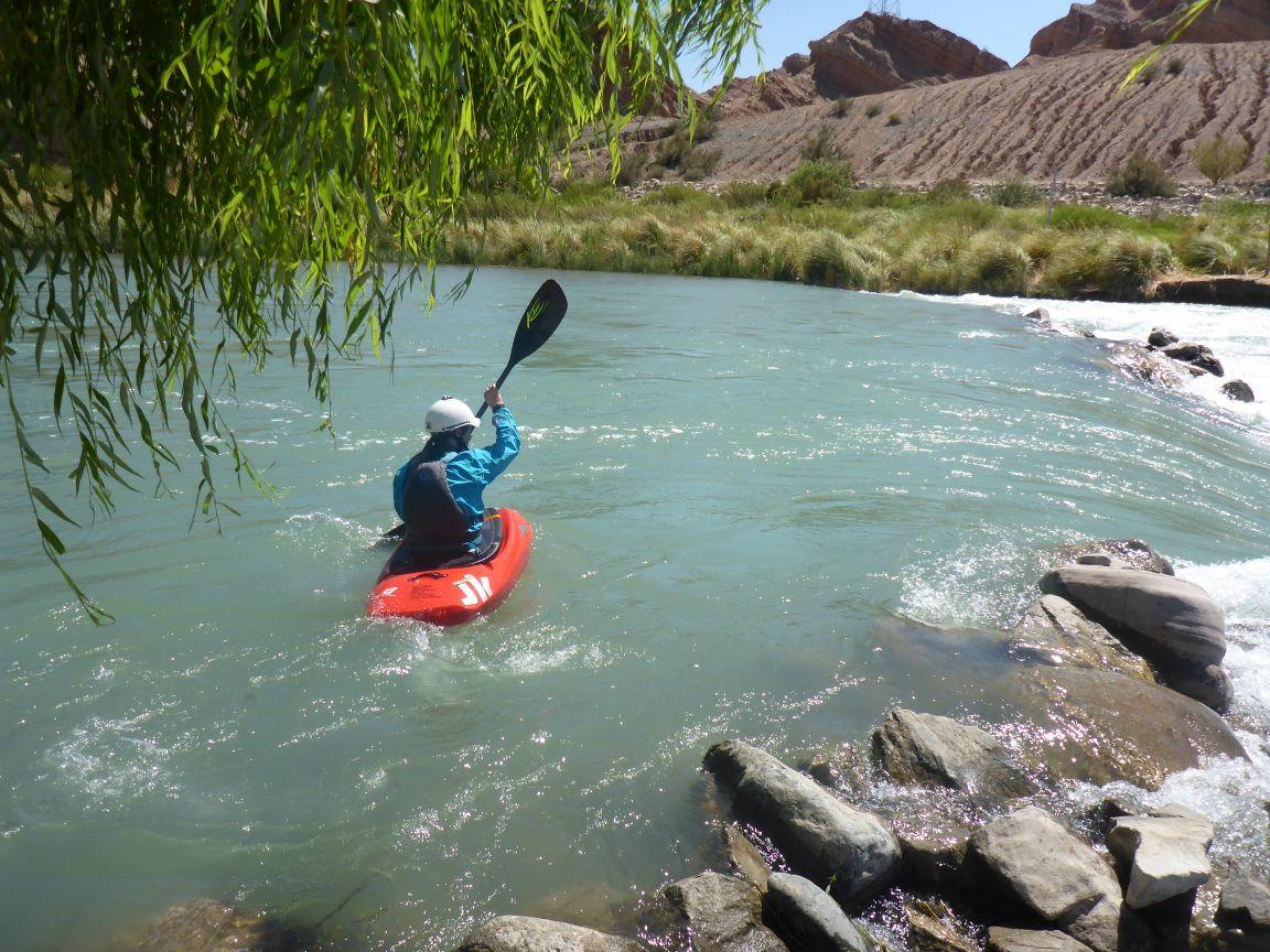 Trotz 40 Grad und Wüstenklima - das Wasser ist kalt und die Wartezeiten im Treaining lang - also lange Paddeljacke!
