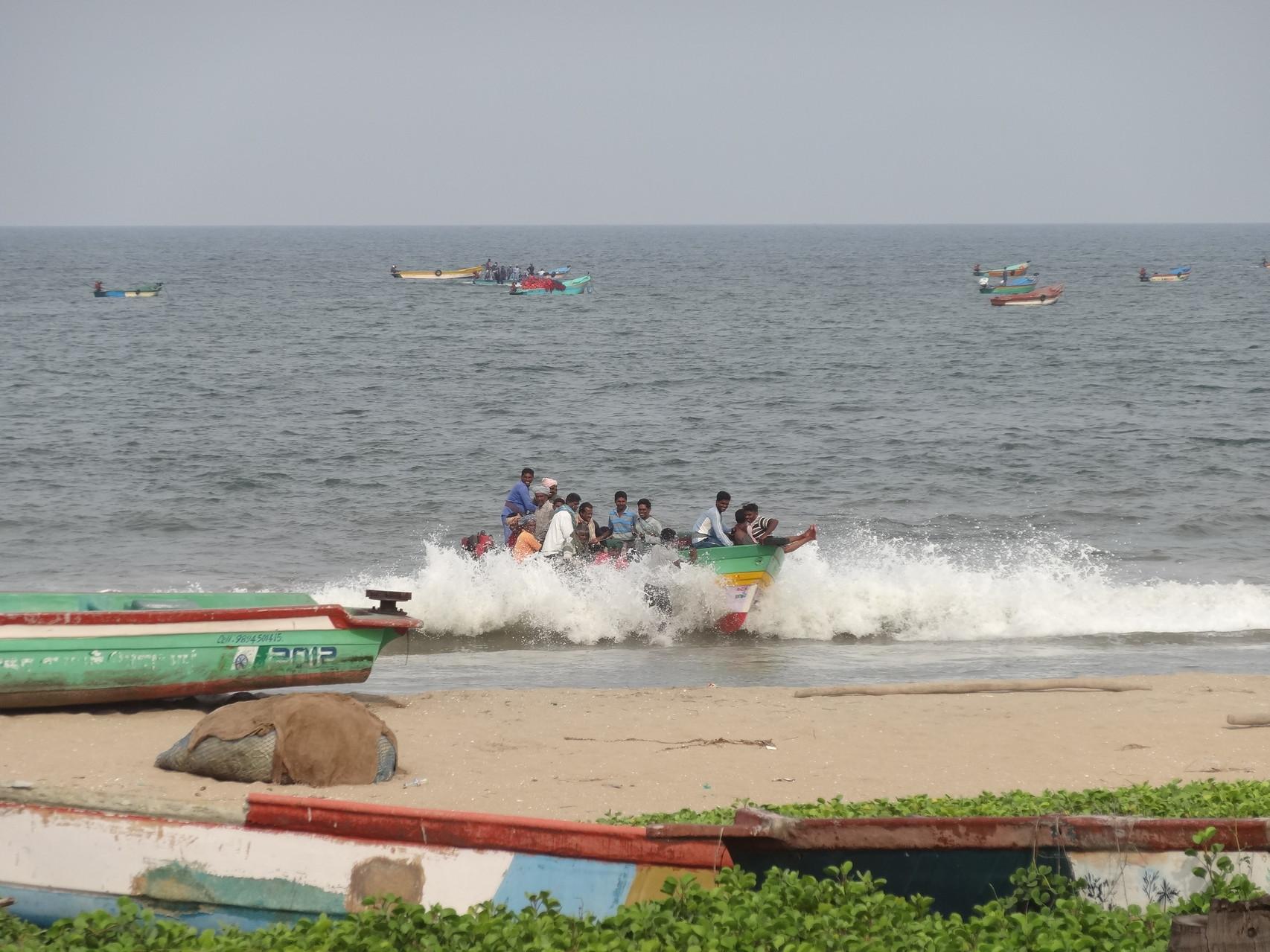 Sur les plages, les pêcheurs débarquent