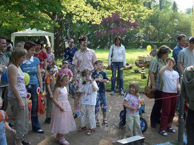 Parkolino Fest 2006 - Auch wenn es so aussieht, unsere Loks fahren nicht mit Seifenblasen...