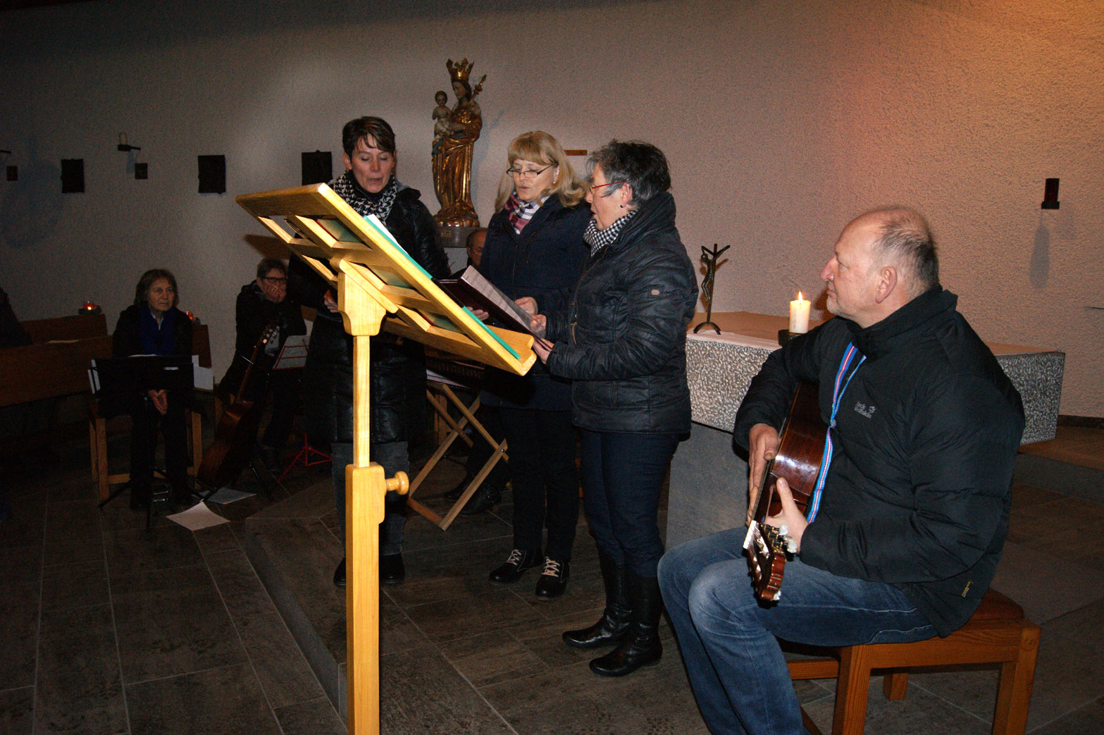 """""""Mia Dreifaltigen"""" (Uschi Hollweck, Gerlinde Schwarz und Lissy Knollmeyer) mit Günter Lange und Bernhard Kopp mit zauberhaftem weihnachtlichen Gesang"""