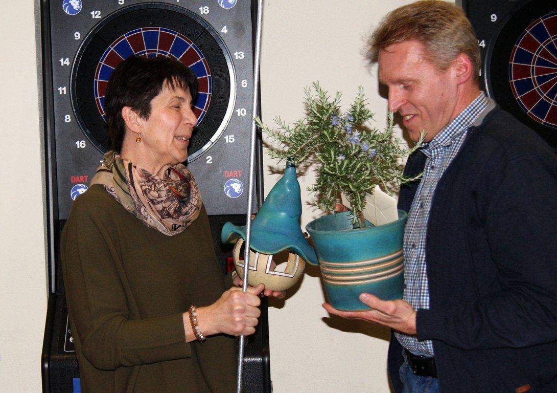 Georg Weininger nimmt das Präsent für Christa an