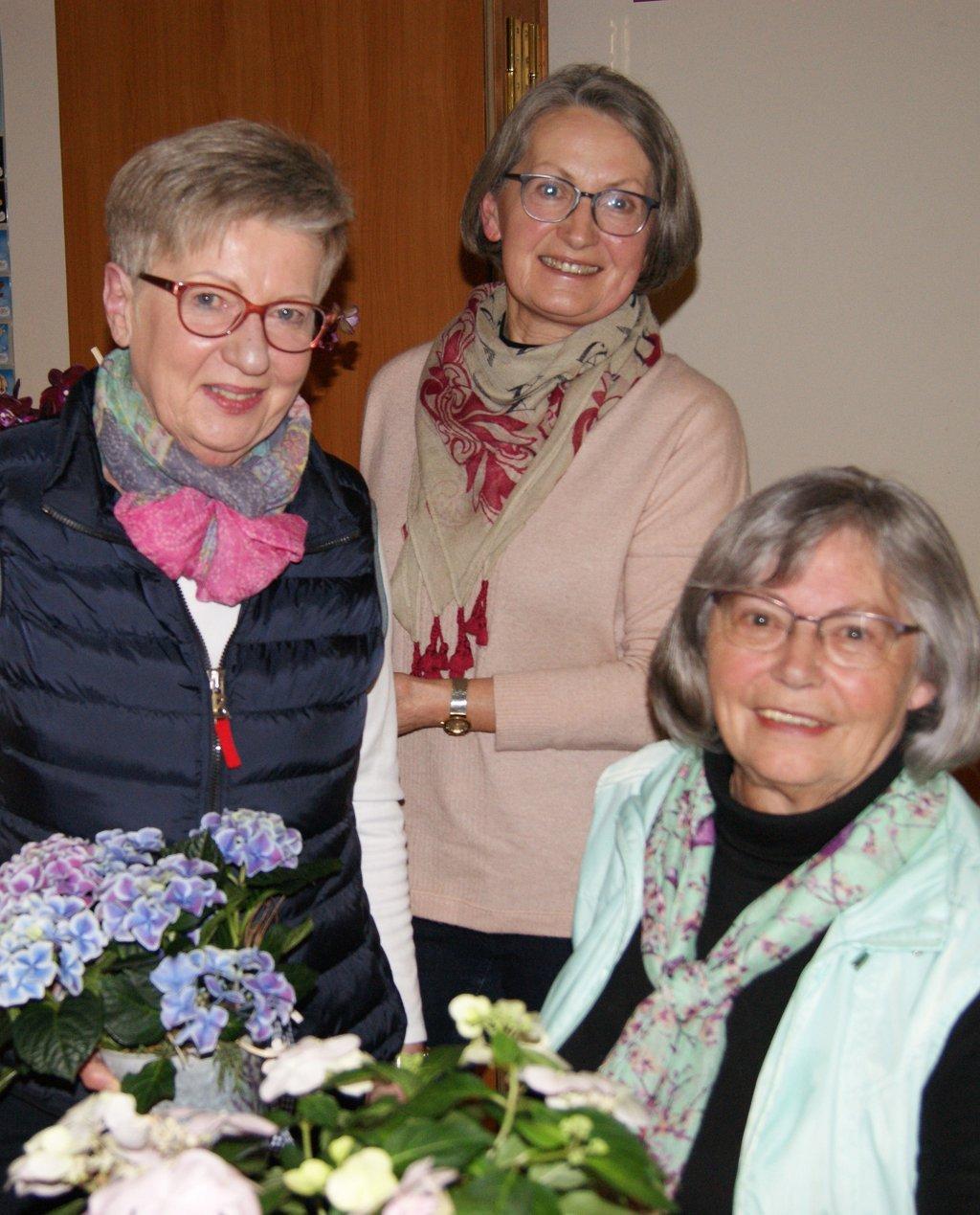 Dank den drei Damen, die unermüdlich die Staufer Kirche, die Kapelle schmücken und Informationszettel des OGV austragen