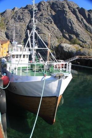Nusfjord - hier schweben die Schiffe im Hafenbecken