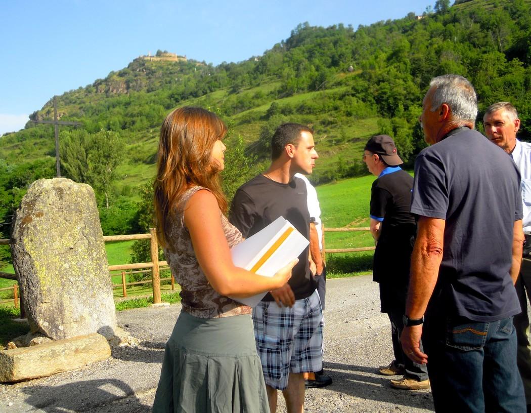 Mélanie nous fait une visite guidée des églises romanes sur la route de la corniche au-dessus de la vallée de l'Ariège