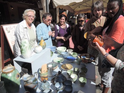 Le stand des potiers de Rieucros au marché de Mirepoix/ Ariège-Pyrénées.