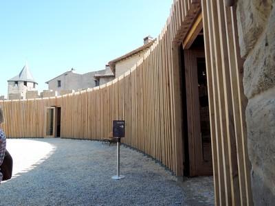 Les informations et les tickets d'entrées se trouvent cachés derrière cette structure en bois