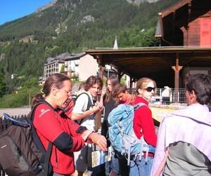 attente du bus pour monter au barrage du lac d'Emosson (Suisse)