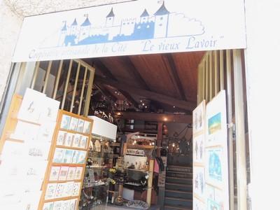 """L'entrée du magasin """"Le vieux Lavoir"""" dans la rue du Plô à la Cité de Carcassonne"""