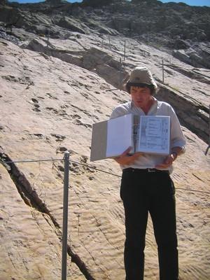 Géologue du Museum de Genève sur le site des traces des dinosaures