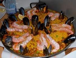 repas de fête à Barcelona une paella