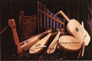 Musikinstrumente dès 14.Jh im Quercorb-Museum von Puivert (Aude)